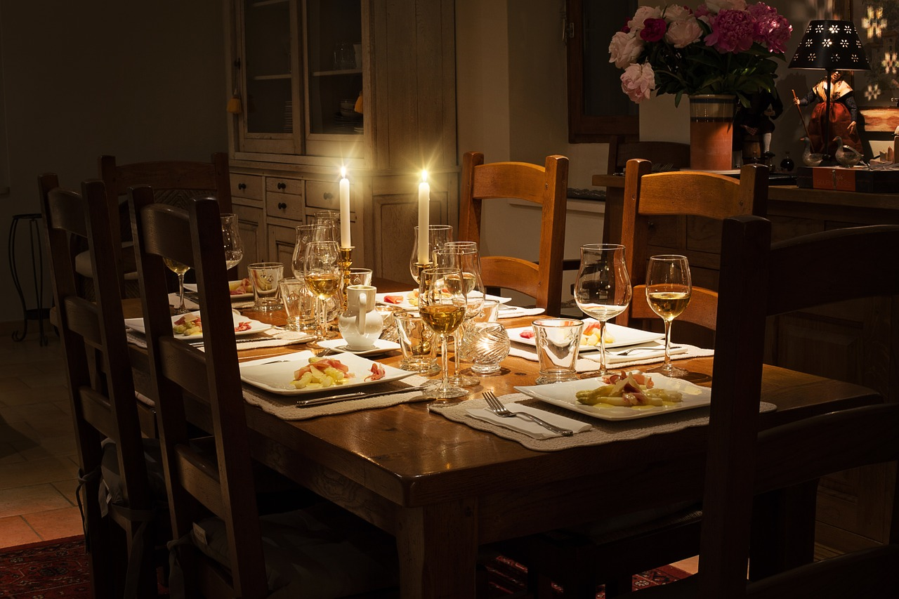 Best 5 Light Weighted dining table sets available online