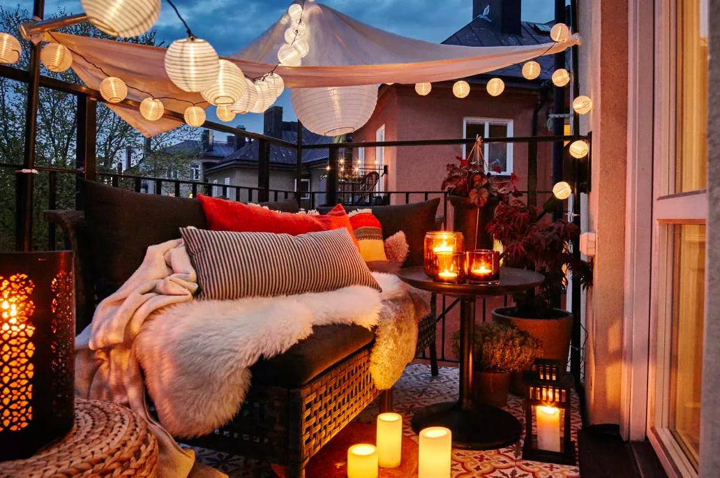 Outdoor-Lounge-Chair-and-Lights-Balcony-Decor-Idea-for-Date-Night